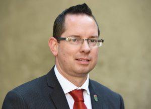 Oliver Igel (SPD), Stadtbezirksbürgermeister von Treptow-Köpenick, fotografiert am 03.09.2014 beim Sommerfest im Übergangswohnheim in der Radickestraße in Berlin Adlershof. Foto: Jens Kalaene